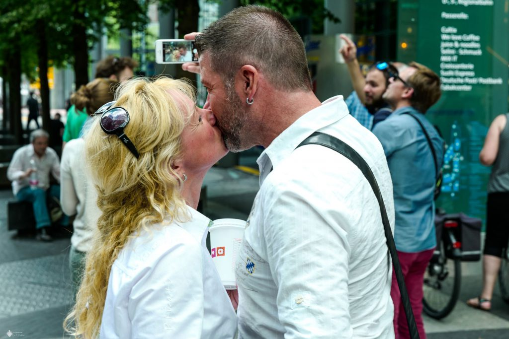 Küsse im Sony Center am Potsdamer Platz Berlin